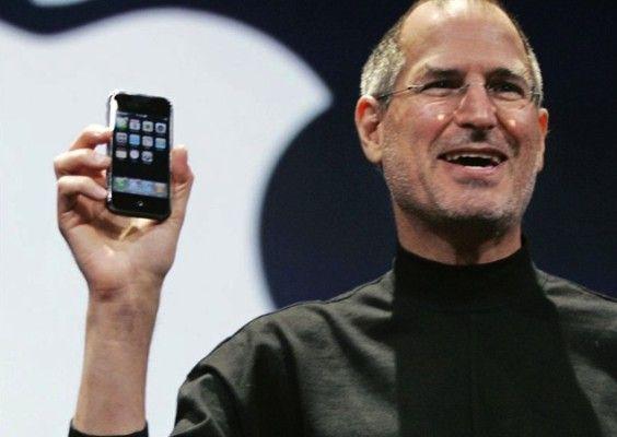 Steve Jobs qcon il primo iPhone nel 2007