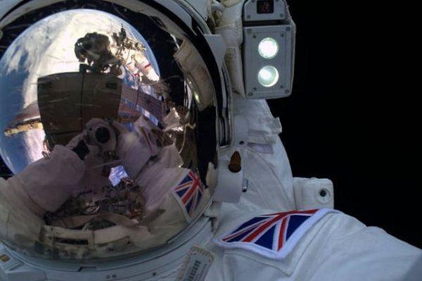 passeggiata spaziale si conclude con selfie