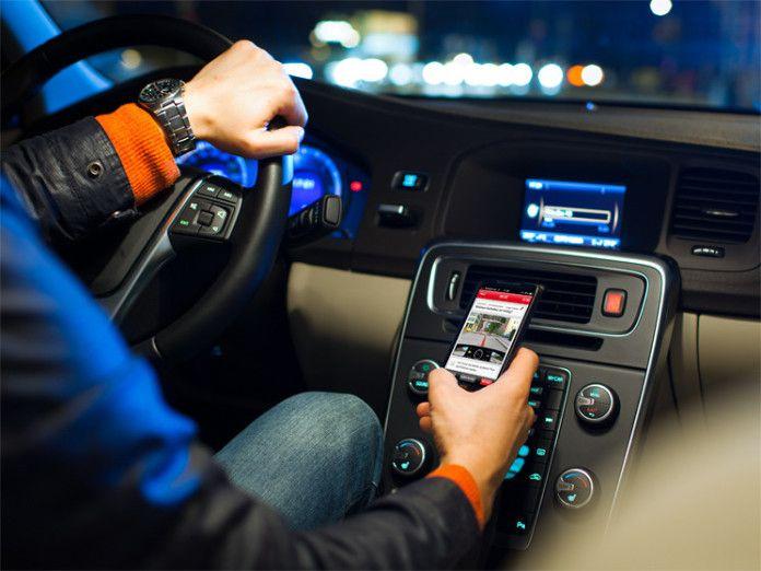 smartphone in auto durante il traffico