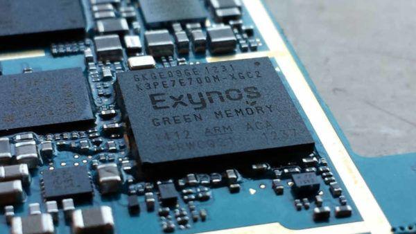 Una CPU Samsung Exynos montata all'interno di uno smartphone