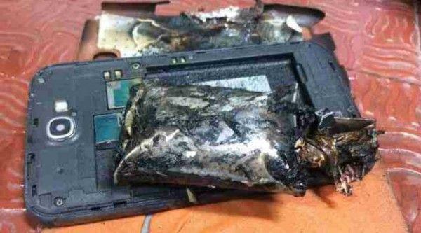 Ancora un Samsung in fumo: questa volta è un Note 2, panico su un aereo