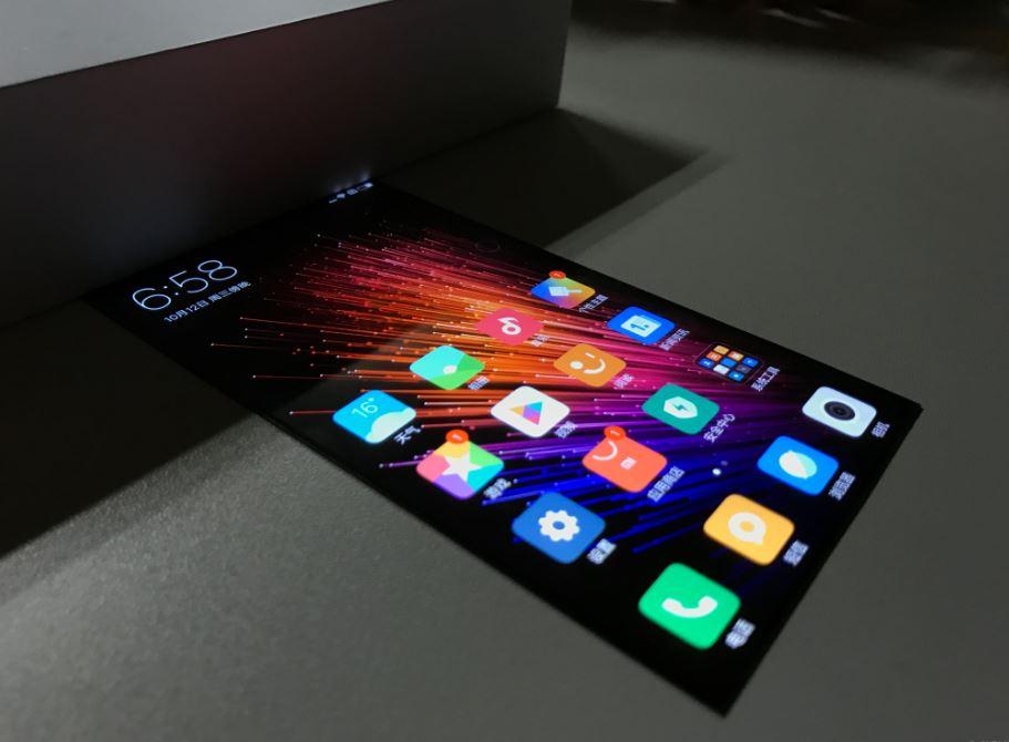 Xiaomi mostra la MIUI 8 su di un display flessibile