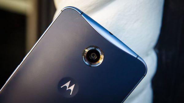 Il retro del Nexus 6 nell'iconica colorazione Midnight Blue
