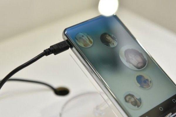 Sharp Corner R: lo smartphone completamente privo di cornici