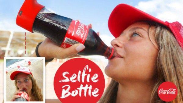 Un selfie bevendo Coca Cola