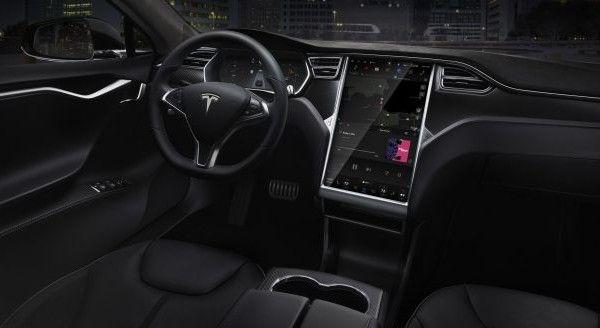 Cosa vediamo se guidiamo un'auto Tesla