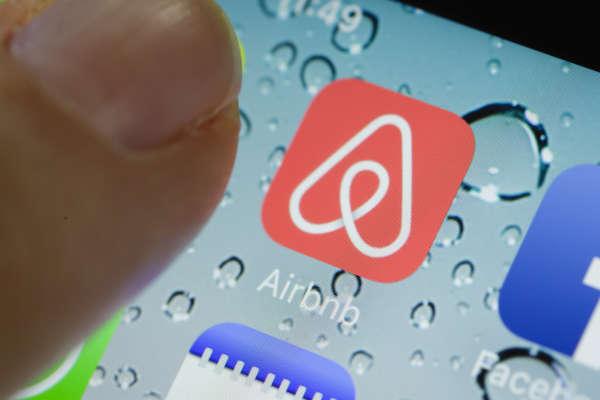 Pericolo privacy su AirBnb: clienti spiati nelle stanze durante la notte