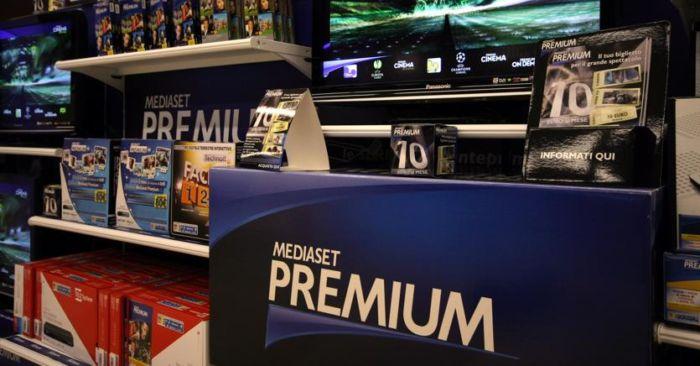 Mediaset contro Sky: nuovi abbonamenti con prezzi ridotti del 50%, utenti in festa