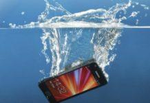 smartphone in acqua