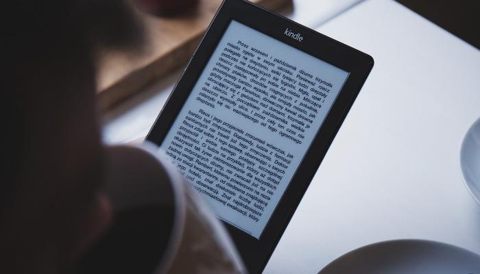 Amazon rinnova il Kindle con la luce anteriore regolabile