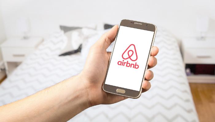 Airbnb: la piattaforma è di nuovo sotto accusa per le videocamere ...