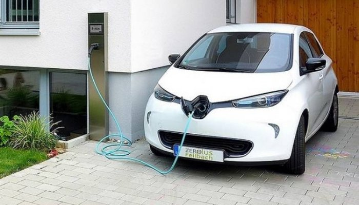 Auto elettriche, dal 1° luglio dovranno fare