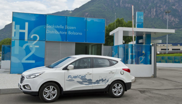 auto a idrogeno contro auto elettriche