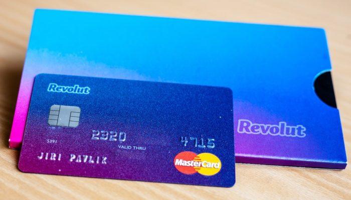 Revolut vince su Postepay e Unicredit, offre anche 10 euro gratis