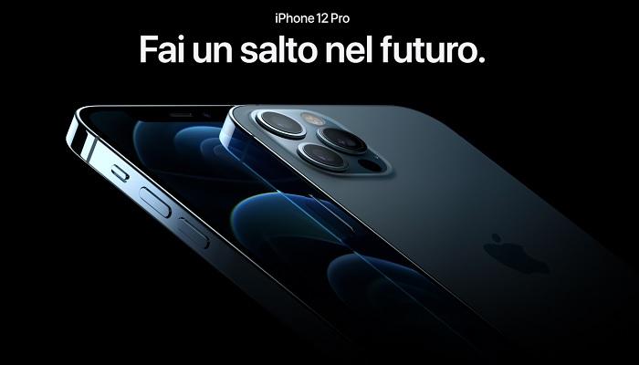 """Napoli, lunghe file per l'iPhone 12. Gianluigi Nuzzi esplode: """"Non cambieremo mai"""""""